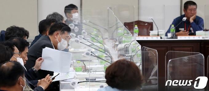 [사진] 최저임금 논의하는 노-사