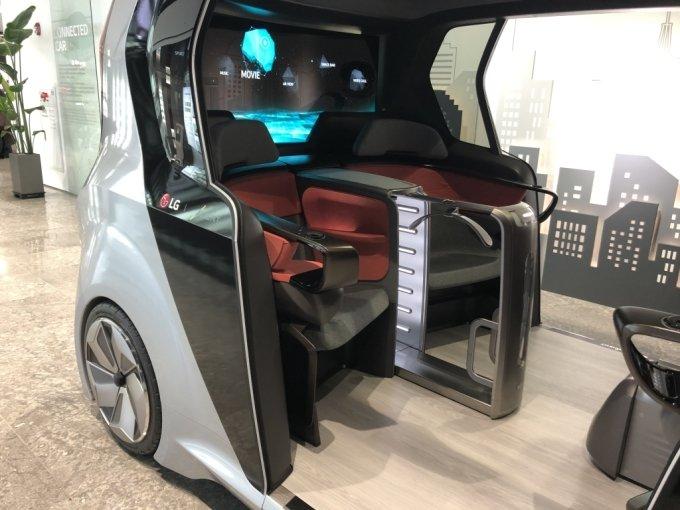 박스카 형태의 컨셉트카에 설치된 LG전자 차량용 의류관리기 '스타일러'/사진=이정혁 기자