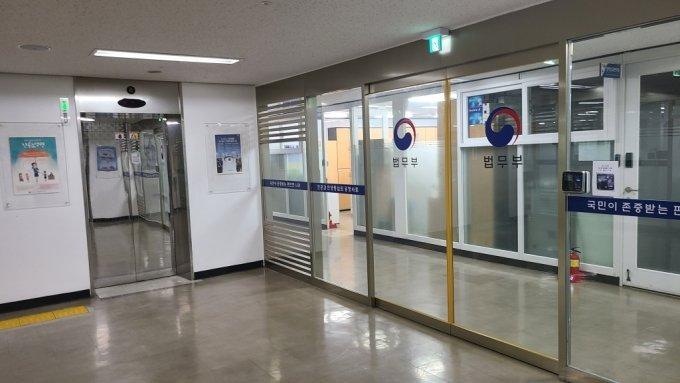 과천 법무부 청사 7층 승강기 앞에 보안문이 새로 생긴 모습. 기자들은 발급받은 출입증으로 통과할 수 없다. 해당 층에는 장관실과 차관실, 소·대회의실 등이 있다./사진=오문영 기자