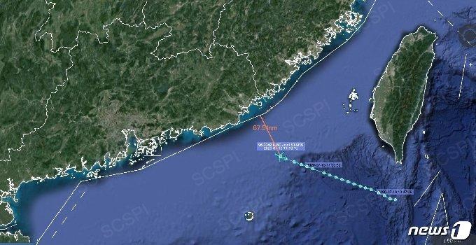 베이징 대학의 싱크탱크인 '남중국해 전략 상황 조사팀'이 전날(13일) 트위터에 올린 이미지에 따르면 E-8C 조인트 스타즈(JSTARS)는 해안에서 약 110km 떨어진 곳에서 포착됐다. © 뉴스1