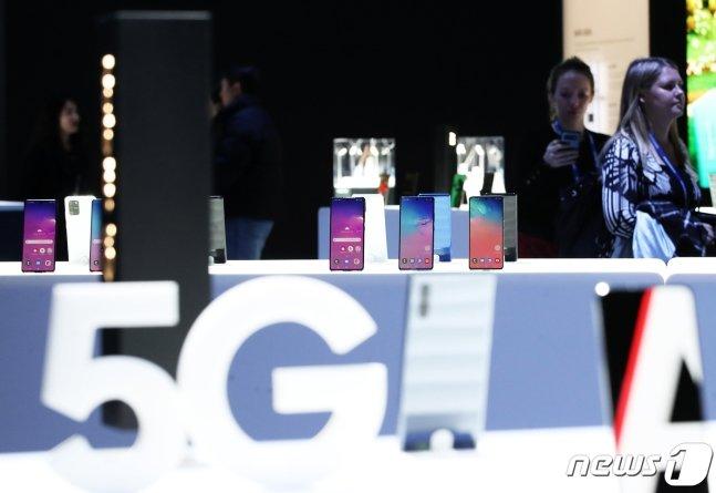 삼성전자의 5G 갤럭시 스마트폰. /뉴스1