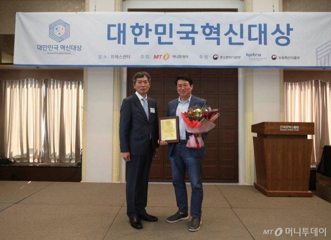 15일 오후 서울 중구 프레스센터에서 열린 2020년 제3회 대한민국 혁신대상 시상식 코리아이앤피 류재근 대표가 수상했다. / 사진=홍봉진기자 honggga@
