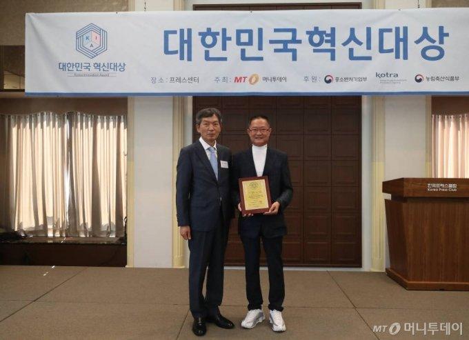 15일 오후 서울 중구 프레스센터에서 열린 2020년 제3회 대한민국 혁신대상 시상식 팔도한마당 이기철 회장이 수상했다. / 사진=홍봉진기자 honggga@