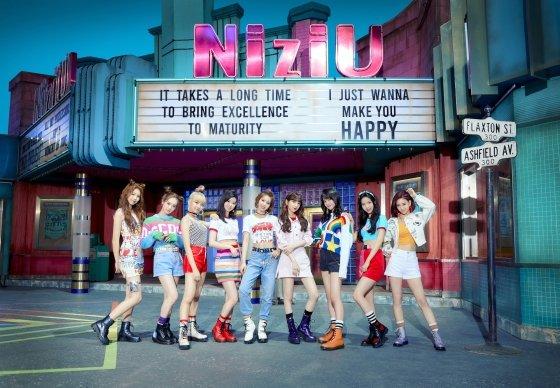 JYP 신인 NiziU, 日 오리콘 주간 차트 2주 연속 1위