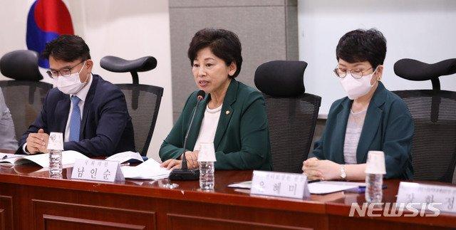 남인순 더불어민주당 의원이 이달 6일 오후 서울 여의도 국회 의원회관에서 열린 아동학대 방지 및 피해아동 보호를 위한 토론회에서 인사말을 하고 있다. / 사진제공=뉴시스