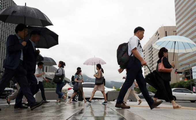 주 52시간 근무제가 시행된 2일 오전 서울 종로구 광화문 네거리에서 시민들이 출근을 하고 있다. / 사진=이기범 기자 leekb@