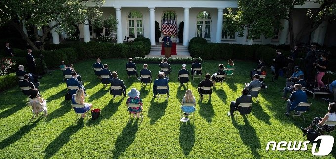 14일(현지시간) 워싱턴 백악관 로즈가든에서 열린 도널드 트럼프 미국 대통령의 기자회견 동안 취재진들이 거리두기를 하면서 앉아 있다. © AFP=뉴스1 © News1 우동명 기자