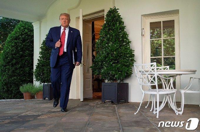 도널드 트럼프 미국 대통령이 14일(현지시간) 워싱턴 백악관 로즈가든에서 열린 기자회견에 도착을 하고 있다. © AFP=뉴스1 © News1 우동명 기자