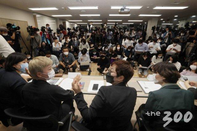 김재련 법무법인 온-세상 대표변호사와 한국여성의전화, 한국성폭력상담소 관계자들이 13일 오후 서울 은평구 한국여성의전화에서 '서울시장에 의한 위력 성추행 사건 기자회견'을 갖고 있다.