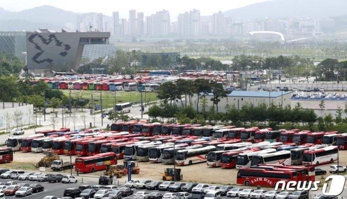 (세종=뉴스1) 장수영 기자 = 26일 정부세종청사 옥외주차장이 전국 16개 시·도 전세버스운송사업조합이 개최한 '전세버스 생존권 촉구 결의대회'에 참석하기 위한 관광버스로 빼곡하다.   전세버스조합은 현행 전세버스 폐차 차령 9년을 폐지할 것과 각 시·도 간 양도 양수 금지 조항 폐지 등을 촉구했다. 2020.6.26/뉴스1