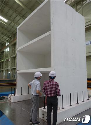 '경주 지진'을 모사한 진동대 실험에 사용된 높이 5m, 3층 규모의 '전단벽 구조물'© 뉴스1
