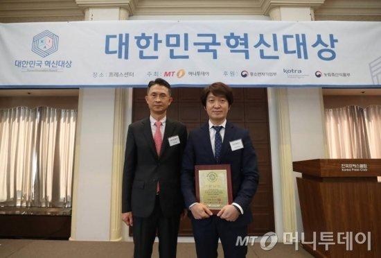 디지쿼터스 오승혁 대표(오른쪽)가 15일 오후 서울 중구 프레스센터에서 열린 2020년 제3회 대한민국 혁신대상 시상식에서 대상을 수상하고 박종면 머니투데이 대표(왼쪽)와 사진을 찍었다./ 사진=홍봉진기자 honggga@