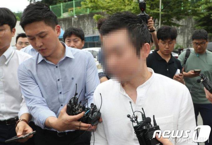 (청주=뉴스1) 김용빈 기자 = 제주 전 남편을 살해한 혐의로 재판에 넘겨진 고유정의 현 남편 A씨(37)가 24일 충북 청주상당경찰서에서 아들 사망 관련 조사에 앞서 취재진과 인터뷰를 하고 있다. 2019.7.24/뉴스1