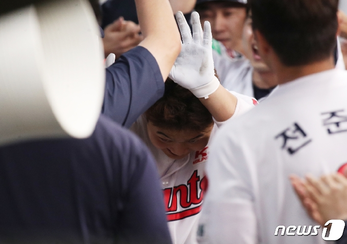 [사진] 스리런 축하 받는 롯데 한동희
