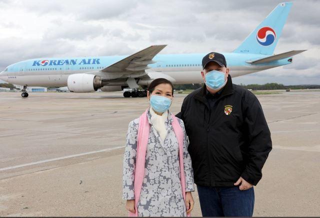 [서울=뉴시스] 래리 호건 미국 메릴랜드주지사(오른쪽)와 유미 호건 여사가 지난 4월 한국에서 공수한 진단키트를 싣고 온 항공기 앞에서 포즈를 취하고 있다. (사진=래리 호건 트위터) 2020.7.17