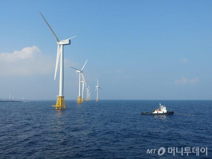 제주 한경면 두모리 ~ 금등리 공유수면 일원에 자리한 탐라해상풍력 단지 전경/사진제공=한국에너지공단