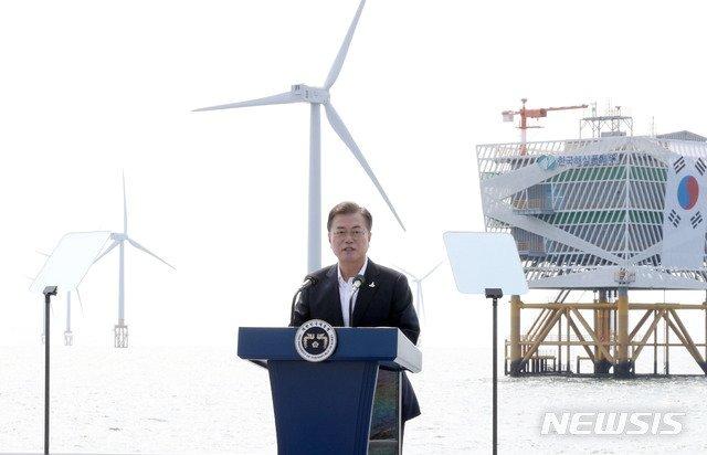 문재인 대통령이 17일 '한국판 뉴딜, 그린에너지 현장방문'의 일환으로 전북 부안군 위도 근처의 서남권 해상풍력 실증단지에 도착해 발언하고 있다. /사진=뉴시스