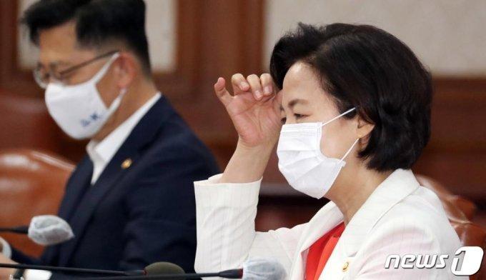 추미애 법무부 장관이 지난 14일 서울 종로구 정부서울청사에서 열린 서울·세종 화상국무회의에서 자료를 살펴보고 있는 모습.