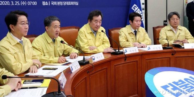 박능후 보건복지부 장관이 25일 오전 서울 여의도 국회에서 열린 코로나19 대응 당정청회의에서 발언하고 있다. / 사진=홍봉진 기자 honggga@