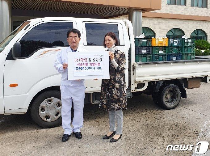 전북 정읍시는 국내 최대의 육계가공 업체인 ㈜하림(대표 박길연) 정읍공장이 주민들의 복달임을 위해 토종닭 500마리를 공장이 위치한 북면사무소에 기탁했다고 21일 밝혔다. © 뉴스1