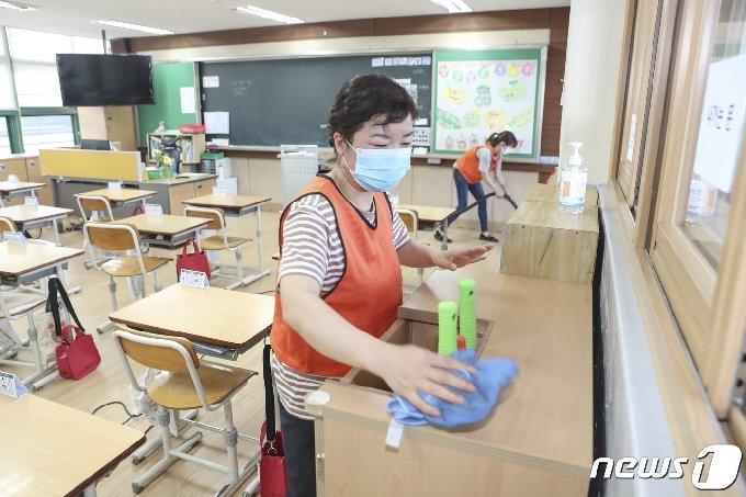 지난달 15일 오후 서울 성동구 한 학교에서 교실 방역 작업이 이뤄지고 있다.(성동구청 제공) 2020.6.15/뉴스1