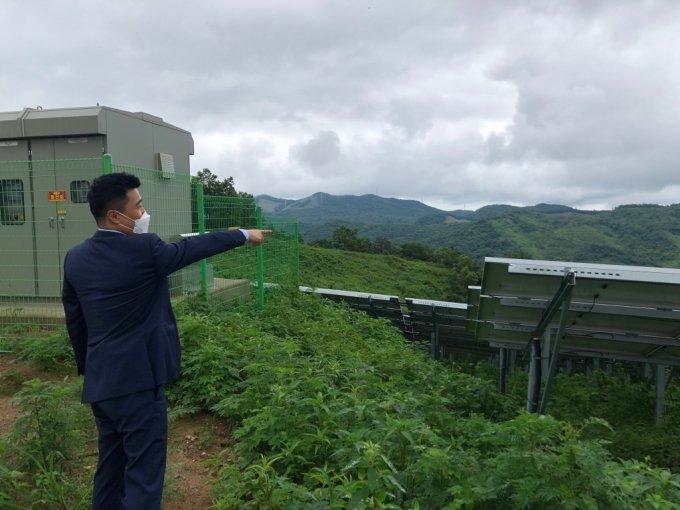 16일 영암태양광발전소에서 이근우 LS ELECTRIC 프로젝트통합팀 팀장이 태양광 모듈을 바라보며 설명하고 있다. /사진=전남(영암)=박소연 기자
