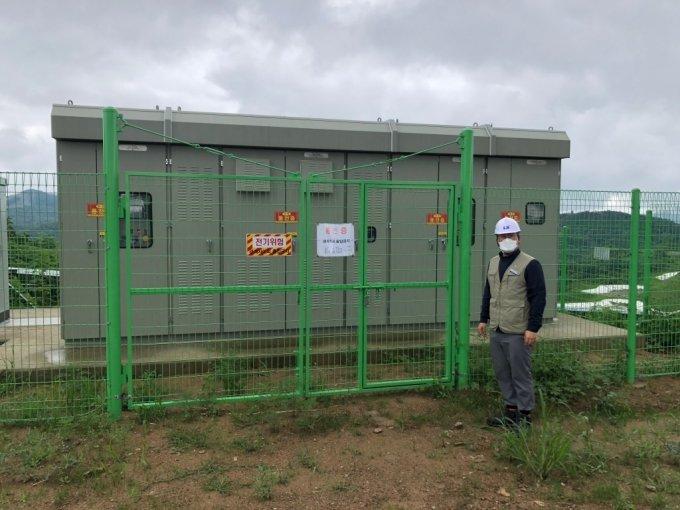 16일 영암태양광발전소 인버터 및 수배전 시설에서 작업자가 점검 중이다. /사진=전남(영암)=박소연 기자