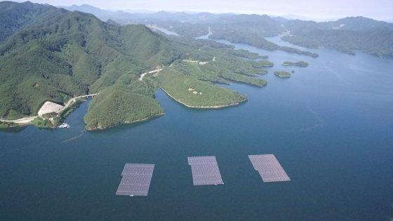지난 2017년 준공된 충주댐 수상태양광(청풍호 수상태양광)은 시설용량 3MW(메가와트)로 연간 950가구에 전기를 공급할 수 있는 약 4000MWh(메가와트시)의 청정에너지 생산하고 있다./사진제공=수자원공사