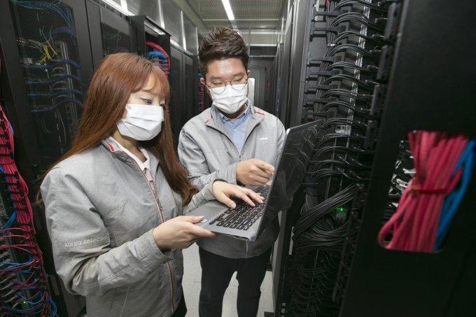 목동에 구축된 클라우드 데이터 센터에서 KT 직원들이 인프라를점검하고 있다. /사진제공=KT