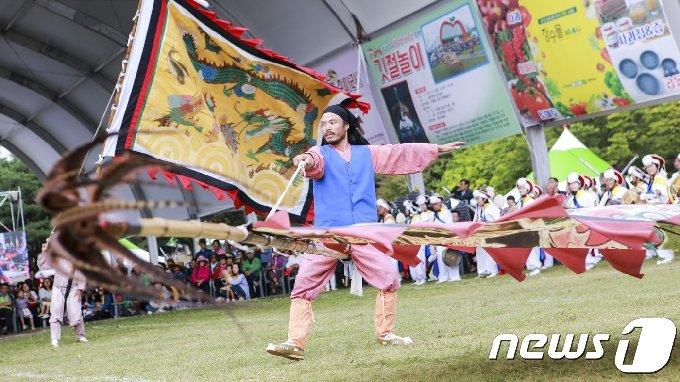 전북 장수군 의암공원 일원에서 한우랑사과랑축제가 열리고 있는 가운데 깃절놀이 공연이 펼쳐지고 있다./뉴스1 © News1 DB