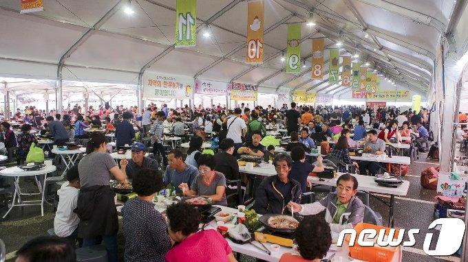 전북 장수군에서 한우랑사과랑축제가 열리고 있다. 장수한우를 저렴하게 구입해 구워 먹을 수 있는 한우마당이 관람객들로 북적이고 있다./뉴스1 DB