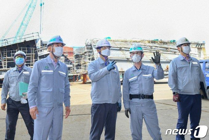 현대중공업 김숙현 동반성장실장(사진 가운데)이 최근 선박블록 제작 사외 협력회사인 울주군 이영산업기계를 찾아 관계자들과 상생발전 방안을 논의했다.© 뉴스1