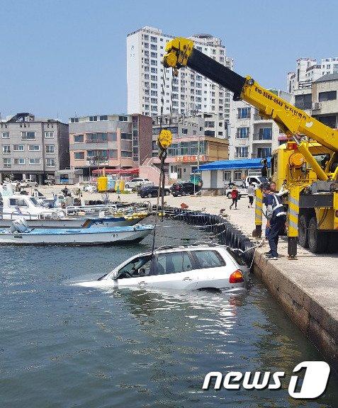 26일 오전 11시43분께 울산 동구 방어동 상진항 해상에 70대 남성이 운전하던 산타페 승용차가 추락해 해경이 인양작업을 하고 있다.(울산해경 제공) © News1