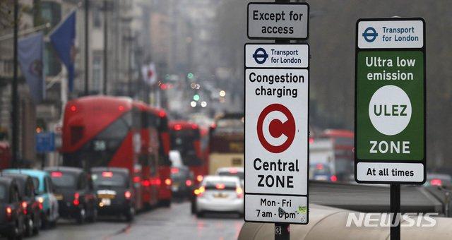 런던=AP/뉴시스】8일(현지시간) 영국 런던에서 세계 최초로 '초저공해구역(ULEZ, Ultra Low Emission Zone)이 시행되면서 거리의 자동차들이 이 구역으로 진입하고 있다.런던 교통국은 도심의 공기 질 개선을 위해 이 구역에 들어오는 배기가스 배출기준 미달 차량에 대해'매연료'를 부과한다고 밝혔다. 2019.04.08.
