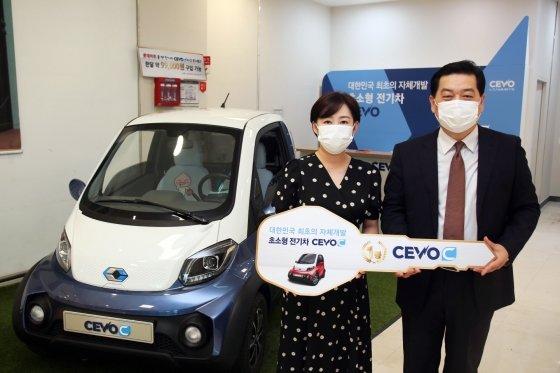 CEVO ON 페스티벌' 이벤트 당첨자 현모씨(왼쪽)와 캠시스 전기차 마케팅영업담당 김구수 전무