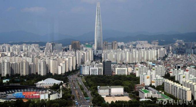힘과 생명, 욕망을 상징하는 오벨리스크를 닮은 롯데월드타워와 주변의 아파트 단지. 서울시가 뻘밭이던 잠실을 개발할 때도 환지 방식을 적용했다. / 사진=이기범 기자 leekb@