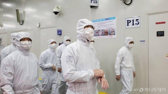 이재용 삼성전자 부회장이 지난 5월 삼성전자의 유일한 해외 반도체 생산라인인 중국 시안 사업장을 방문, 생산라인을 살피고 있다. /사진제공=삼성전자