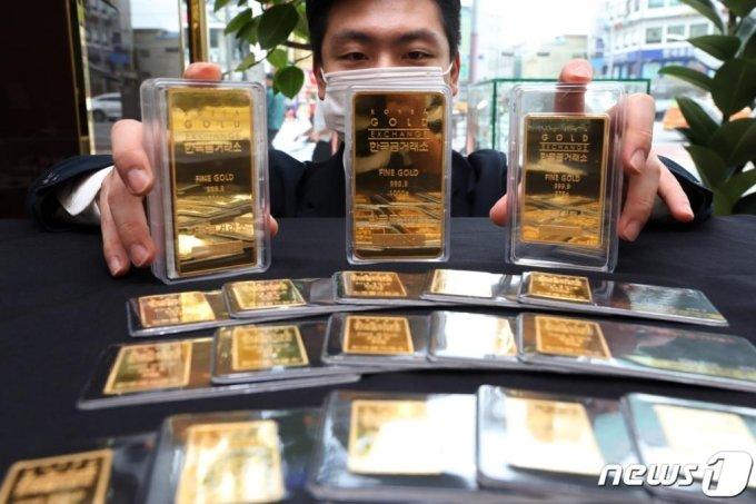 (서울=뉴스1) 황기선 기자 = 국내 금 가격이 5거래일 연속 최고치를 경신하는 가운데 28일  서울 종로구 한국금거래소에서 직원이 골드바 등 금 제품을 정리하고 있다.  한국거래소에 따르면 이날 오전 기준 KRX금시장에서 거래되는 금 현물 1g당 가격은 전일 대비 2940원(3.80%) 오른 8만400원을 기록 중이다.  1g당 가격이 7만원을 처음 돌파한 지난 14일 이후 15% 올랐다. 이달 들어 상승률은 17%에 달한다. 2020.7.28/뉴스1