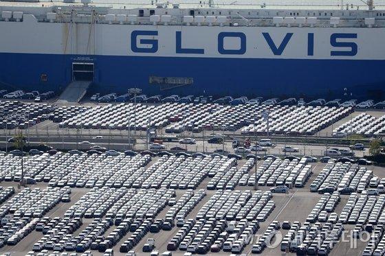 2일 오후 현대자동차 울산공장에 수출을 위한 완성차들이 선적을 기다리고 있다. 이날 통계청이 발표한 '2018년 8월 산업활동동향'에 따르면 자동차 생산이 수출 증가에 힘입어 5년만에 최대로 늘었다. 8월 자동차 생산은 2013년 8월(24.1%) 이후 가장 높은 증가율로 21.8% 늘었다. 2018.10.2/뉴스1