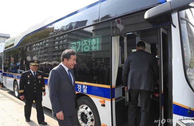 이낙연 국무총리가 31일 오전 서울 종로구 대한민국역사박물관 앞에서 경찰 수소버스를 시승하기 위해 차량으로 올라서고 있다. / 사진=김휘선 기자 hwijpg@