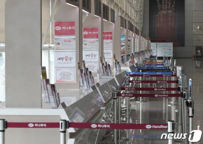 인천국제공항 1터미널 내 여행사 카운터가 한산한 모습을 보이고 있다. /사진=뉴스1