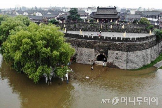 [서우셴=신화/뉴시스]중국 안후이성 서우셴에서 18일 홍수가 발생해 성문 주변에 흙탕물이 들어차 있다. 2020.07.20