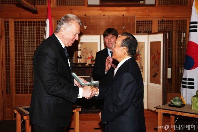팔 슈미트 헝가리 대통령(앞줄 좌측)이 한국타이어 조양래 회장(앞줄 우측)에게 십자공로훈장을 수여하고 있는 장면 / 사진제공=없음