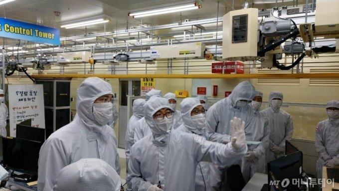 이재용 삼성전자 부회장(사진 맨왼쪽)이 30일 삼성전자 온양사업장을 방문해 반도체 생산라인을 살피고 있다. /사진제공=삼성전자