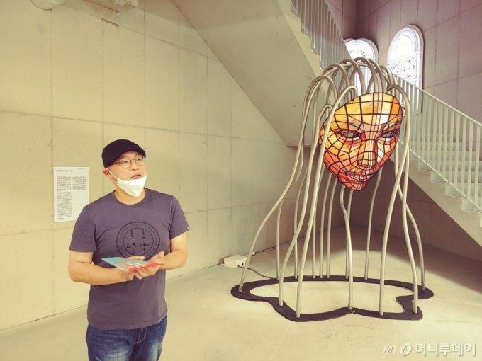 한승구의 'Mirror Mask', 철, 스텐파이프, 하프미러, 사진, 아두이노, LED, SMPS, 266.1x183.2x300cm, 2011. /사진=김고금평 기자<br>