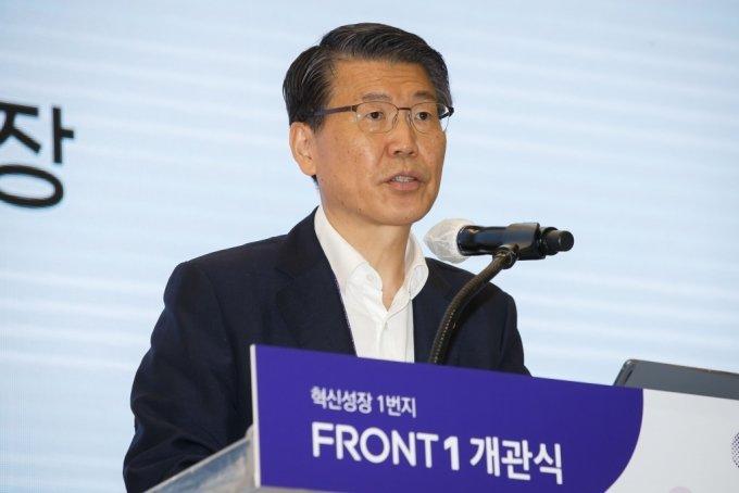 은성수 금융위원장이 30일 '마포 프론트원(Front 1)' 개소식에 참여해 인사말을 하고 있다./사진제공=금융위