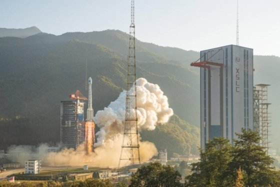 [시창=신화/뉴시스] 중국 우주당국이 23일 쓰촨성 시창 위성발사센터에서 GPS 베이더우 항법위성 2기를 창청3을(乙)-위안정1 운반로켓에 실어 쏘아올리고 있다. 이들 항법위성은 3시간여를 날아 예정궤도에 안착했다. 2019.11.25