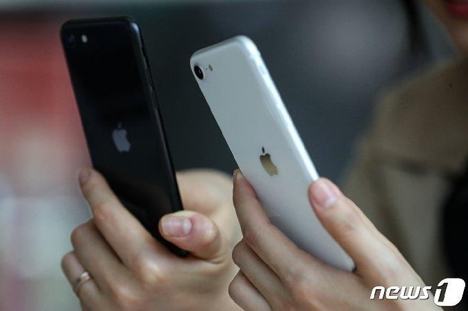서울 세종대로 광화문 KT 스퀘어에서 시민들이 아이폰SE 2세대 제품을 살펴보고 있다. 2020.5.6/뉴스1 © News1 이승배 기자