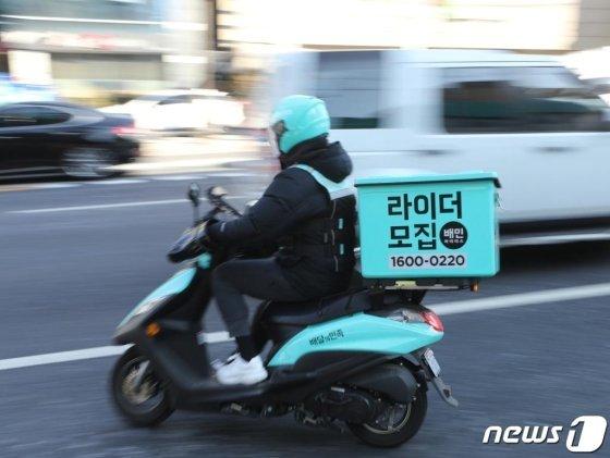 서울 도심을 지나는 배달 오토바이 운전자가  운행하고 있다./사진=뉴스1