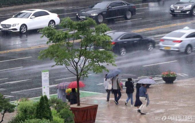 전국에 본격적인 장마가 시작된 24일 오후 서울 중구 일대를 지나는 시민들이 우산을 쓴 채 발걸음을 옮기고 있다. / 사진=홍봉진 기자 honggga@